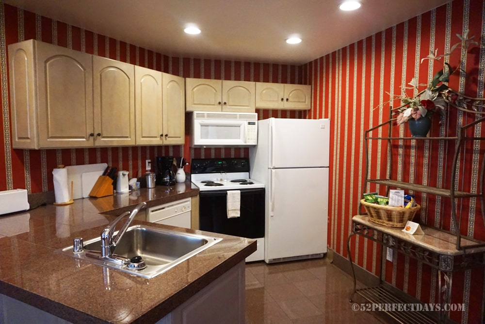 Grass Valley Courtyard Suites kitchen